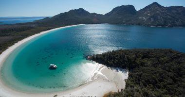 Plaża w Zatoce Wineglass na Tasmanii nad Morzem Tasmana